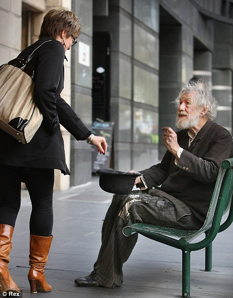 article 0 0982AA49000005DC 727 468x598 Sir Ian McKellen mistaken for a tramp as he rehearses for play